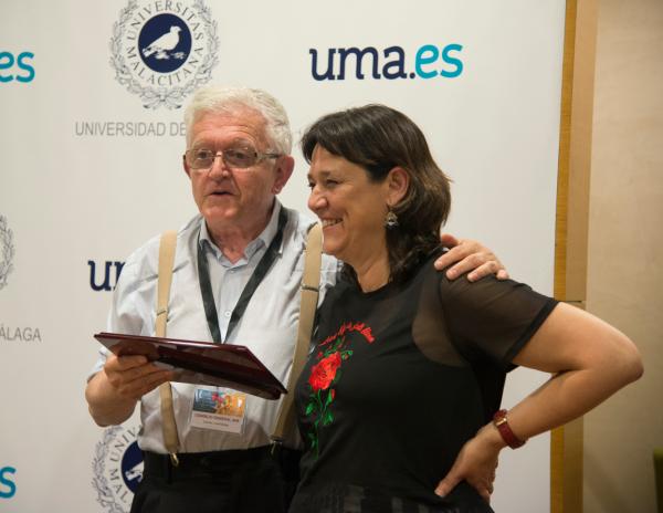 Lola Fernández recibe una placa en reconocimiento de su labor de manos de Rafael Contreras./Diana Hidalgo.